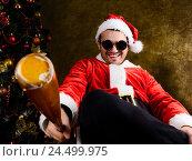 Купить «Санта Клаус с бейсбольной битой», фото № 24499975, снято 16 января 2019 г. (c) Сергей Петерман / Фотобанк Лори