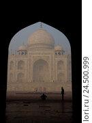 Купить «India, Uttar Pradesh, Agra, the Taj Mahal, lancet arch, silhouette, visitor,», фото № 24500999, снято 23 марта 2009 г. (c) mauritius images / Фотобанк Лори