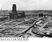 Купить «Netherlands, South Holland, Rotterdam, 1942 city overview, bombed passersby,», фото № 24502835, снято 22 мая 2018 г. (c) mauritius images / Фотобанк Лори