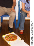 Купить «Couple, chairs, sit, resist floor, cardboard, pizza, detail, man, woman, partnership, respect, friends, self-help group, problem coping, eating disturbance...», фото № 24509927, снято 1 марта 2004 г. (c) mauritius images / Фотобанк Лори