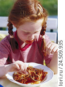 Купить «Girls, eat, spaghetti, portrait, summer, child, 3-4 years, red-haired, plaits, freckles, summery, hunger, hungry, appetite, favourite dish, favorite food...», фото № 24509935, снято 15 декабря 2004 г. (c) mauritius images / Фотобанк Лори