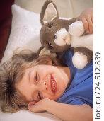Купить «Bed, child, lie, soft animal, portrait, inside, happy, smile, plush hare, soft toy, child laughter, rest», фото № 24512839, снято 24 сентября 2001 г. (c) mauritius images / Фотобанк Лори