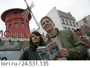 Купить «France, Paris, pair, guides, portrait, background, Moulin rouge, detail,», фото № 24531135, снято 22 апреля 2018 г. (c) mauritius images / Фотобанк Лори