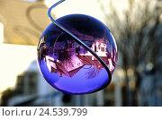 Купить «Garden, wind chime, spiral, detail, sphere, reflection, residential house,», фото № 24539799, снято 22 июня 2018 г. (c) mauritius images / Фотобанк Лори
