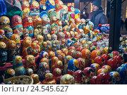 Купить «Витрина с матрёшками на красной площади в Москве», эксклюзивное фото № 24545627, снято 29 декабря 2014 г. (c) Давид Мзареулян / Фотобанк Лори