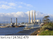 Купить «Morro Bay power station, smokestacks, harbour, boats, the Pacific, Morro Bay, California, USA,», фото № 24562479, снято 22 сентября 2018 г. (c) mauritius images / Фотобанк Лори