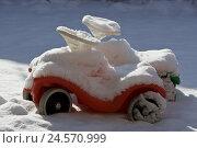 Купить «Bobby's coaches, two, snow-covered, covers, no property release,», фото № 24570999, снято 26 августа 2008 г. (c) mauritius images / Фотобанк Лори