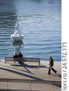 Купить «Spain, Barcelona, Rambla del Mar, harbour, bench, people, piece of art, water,», фото № 24572171, снято 23 мая 2018 г. (c) mauritius images / Фотобанк Лори