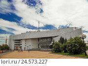 Биробиджанская Областная Филармония построенная в 1984 году (2014 год). Стоковое фото, фотограф Евгений Беляев / Фотобанк Лори