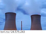 Купить «Germany, Bavaria, nuclear power plant, field Grafenrhein, cooling towers, smoke, evening, Lower Franconia, field Grafenrhein, atomic power station, nuclear...», фото № 24575243, снято 24 октября 2008 г. (c) mauritius images / Фотобанк Лори