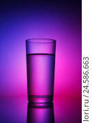 Стакан воды с абстрактной подсветкой. Стоковое фото, фотограф Евгений Дубинчук / Фотобанк Лори