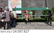 Купить «Мама с дочкой сидят на огромной деревянной скамейке у входа в Старый город Котора, Черногория», видеоролик № 24587827, снято 20 октября 2016 г. (c) Кекяляйнен Андрей / Фотобанк Лори