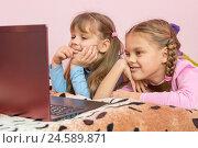 Купить «Сестры лежа на кровати смотрят мультфильм в ноутбуке», фото № 24589871, снято 12 декабря 2016 г. (c) Иванов Алексей / Фотобанк Лори