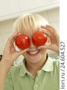 Купить «Boy, look, tomatoes, eyes, reproach, portrait,», фото № 24604527, снято 4 декабря 2007 г. (c) mauritius images / Фотобанк Лори