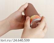 Купить «Петарда в детских руках», фото № 24640599, снято 14 февраля 2020 г. (c) Элина Гаревская / Фотобанк Лори