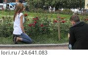 Man photographed girl on background of flowers (2016 год). Редакционное видео, видеограф Video Kot / Фотобанк Лори