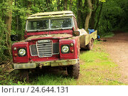 Edge the forest, cross-country vehicle, old, trailer, park, forest, forest way, vehicle, jeep, red, stand, put down, commercial vehicle, nobody, summer,, фото № 24644131, снято 4 февраля 2009 г. (c) mauritius images / Фотобанк Лори