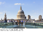 Купить «People on the millennium bridge in front of the St. Paul's Cathedral, GB, London,», фото № 24645275, снято 22 августа 2018 г. (c) mauritius images / Фотобанк Лори