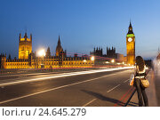 Купить «Young woman takes a photo in the evening from Westminster bridge of the Big Ben and parliament building, GB, London, blurs,», фото № 24645279, снято 22 августа 2018 г. (c) mauritius images / Фотобанк Лори