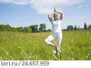 Купить «Senior, yoga, meadow,», фото № 24657959, снято 18 сентября 2018 г. (c) mauritius images / Фотобанк Лори