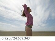 Купить «Young woman, brunette, mauve blouse, beach, standing, arms outstretched, side view, close-up,», фото № 24659343, снято 27 мая 2018 г. (c) mauritius images / Фотобанк Лори