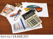 Купить «Графики, диаграммы, калькулятор и ручка. Бизнес-натюрморт», эксклюзивное фото № 24668251, снято 14 декабря 2016 г. (c) Юрий Морозов / Фотобанк Лори