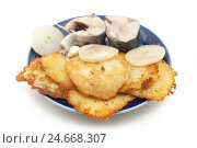 Картофельные оладьи со скумбрией на тарелке. Стоковое фото, фотограф Владимир Косьяненко / Фотобанк Лори