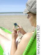 Купить «Teenager, girls, iPod, beach, vacation,», фото № 24671927, снято 4 февраля 2008 г. (c) mauritius images / Фотобанк Лори