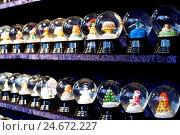 Купить «Snow sphere, passed away, sphere, motifs, execution, mountain Spittel, Christmas fair, Christmas, Vienna, Austria, nobody, toys, souvenir, shelf, series,», фото № 24672227, снято 17 июня 2019 г. (c) mauritius images / Фотобанк Лори