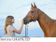 Купить «Teenage girl, horse, Paint Horse, side view, standing,», фото № 24676727, снято 19 августа 2018 г. (c) mauritius images / Фотобанк Лори