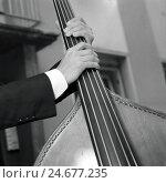 Купить «Bassist on street, detail, hands, bass, b/w,», фото № 24677235, снято 21 июля 2018 г. (c) mauritius images / Фотобанк Лори