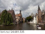 Купить «Tourist boot in the Rozenhoedkaai, Brugge, Europe, Belgium,», фото № 24681535, снято 21 августа 2018 г. (c) mauritius images / Фотобанк Лори