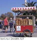Купить «Turkey, Istanbul, street vendor, sales of Simit (Turkish sesame pastry),», фото № 24689727, снято 21 августа 2018 г. (c) mauritius images / Фотобанк Лори