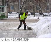 Купить «Рабочий коммунальной службы чистит дорогу от снега на Байкальской улице в Гольянове в Москве», эксклюзивное фото № 24691539, снято 15 февраля 2012 г. (c) lana1501 / Фотобанк Лори
