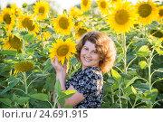 Купить «Beautiful curly-haired woman in field of sunflowers», фото № 24691915, снято 5 августа 2016 г. (c) Володина Ольга / Фотобанк Лори