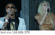 Duet African American man and a blonde woman singing. Стоковое видео, видеограф Игорь Усачев / Фотобанк Лори