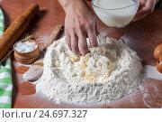 Пекарь готовит тесто для выпечки. Стоковое фото, фотограф Igor Sirbu / Фотобанк Лори