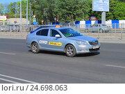 Купить «Такси Максим на дороге, автомобиль марки Skoda цвета металлик», фото № 24698063, снято 11 мая 2016 г. (c) Михаил Рудницкий / Фотобанк Лори