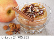 Купить «Яблоко, запеченное с медом, орехами и изюмом», фото № 24705855, снято 6 декабря 2015 г. (c) Галина Михалишина / Фотобанк Лори