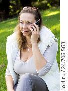 Купить «Женщина с мобильным телефоном», фото № 24706563, снято 2 октября 2016 г. (c) Ольга Марк / Фотобанк Лори