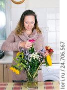 Купить «Портрет домохозяйки с цветами», фото № 24706567, снято 2 октября 2016 г. (c) Ольга Марк / Фотобанк Лори