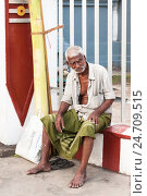 Купить «Мрачный старик сидит у индуисткого Ковила Kali Amman Temple в Негомбо Шри Ланка», фото № 24709515, снято 1 ноября 2009 г. (c) Эдуард Паравян / Фотобанк Лори