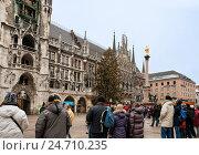 Купить «Мюнхен, Мариенплац. Народ смотрит представление, часы-куранты на башне Новой Ратуши», фото № 24710235, снято 1 января 2011 г. (c) Юлия Бабкина / Фотобанк Лори