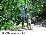Купить «Велобайкер перед стартом», эксклюзивное фото № 24712715, снято 5 июня 2012 г. (c) Алёшина Оксана / Фотобанк Лори