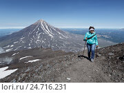 Женщина-туристка совершают восхождение на Авачинский вулкан на фоне Корякского вулкана, фото № 24716231, снято 7 августа 2014 г. (c) А. А. Пирагис / Фотобанк Лори