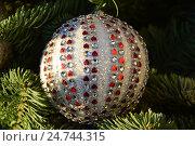 Купить «Новогодняя елочная игрушка с красными сердечками», эксклюзивное фото № 24744315, снято 20 декабря 2016 г. (c) lana1501 / Фотобанк Лори