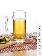 Бокал пива и соленая сушеная рыба на деревянном столе. Стоковое фото, фотограф Харкин Вячеслав / Фотобанк Лори