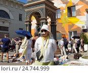 Купить «Продавец блошиного рынка в жаркий день в Москве», фото № 24744999, снято 31 июля 2016 г. (c) Павел Кулинич / Фотобанк Лори