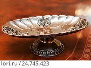 Купить «Свадебные кольца лежат в металлической вазе на столе ЗАГСа», эксклюзивное фото № 24745423, снято 12 ноября 2016 г. (c) Игорь Низов / Фотобанк Лори