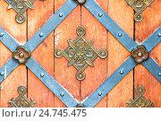 Купить «Окованные деревянные двери», фото № 24745475, снято 10 июня 2016 г. (c) Дмитрий Травников / Фотобанк Лори